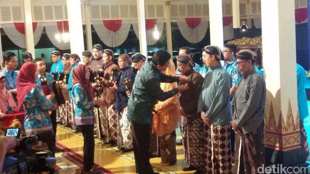 Sultan Beri Penghargaan untuk Sastrawan, Empu, Hingga Bong Supit Legendaris