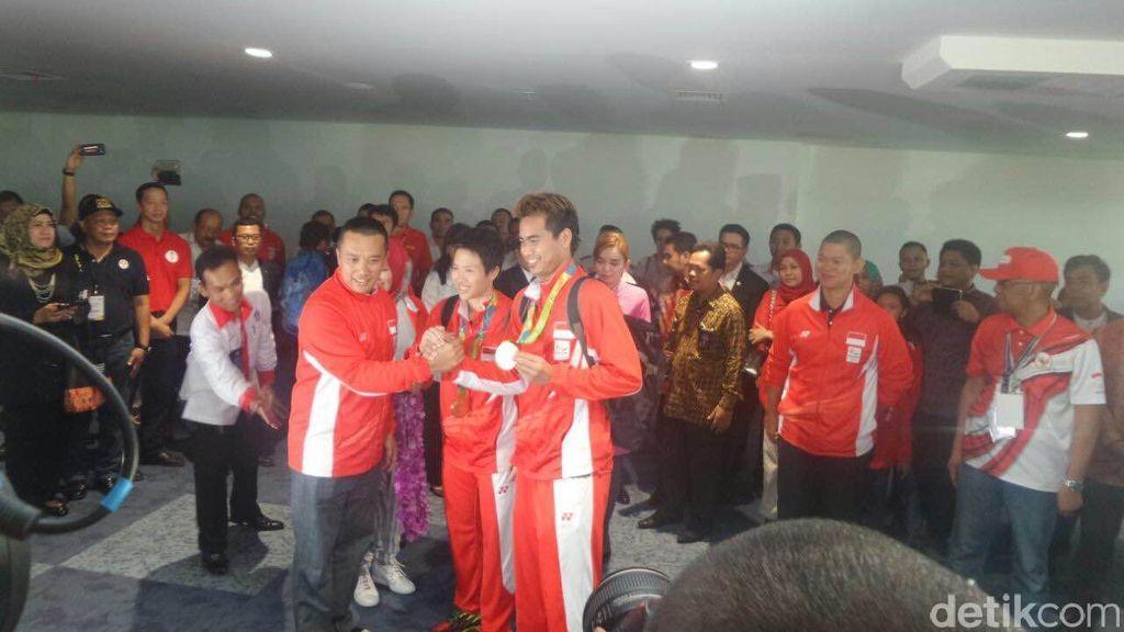 Tepuk Tangan Meriah dan Kalungan Bunga Sambut Owi/Butet di Bandara Soetta