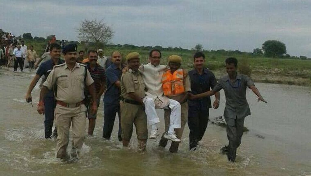 Digendong Saat Kunjungi Lokasi Banjir, Menteri India Diolok-olok