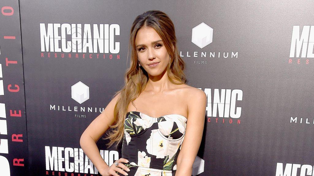 Jessica Alba Menawan Dengan Floral Dress