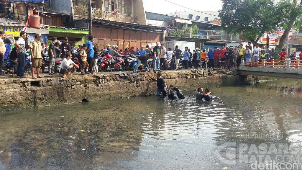 Gara-gara Serempetan, 2 Orang Pemotor Berantem di Tambora Sampai Nyebur ke Kali