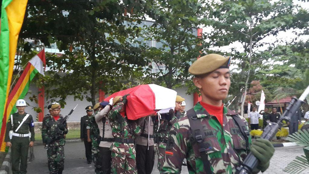 Di Pekanbaru, Gubernur Riau Melepas Jenazah Pratu Wahyudi ke Magetan Jatim