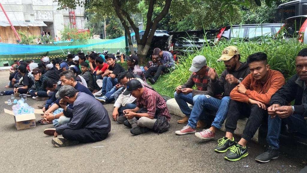 Ricuh di Trisakti, Puluhan Orang Diangkut ke Polda Metro