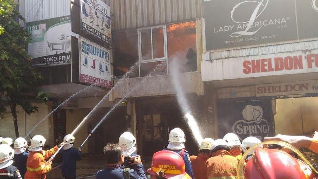 Api yang Membakar Toko Furniture di Jalan Gemblongan Sudah Dikuasai