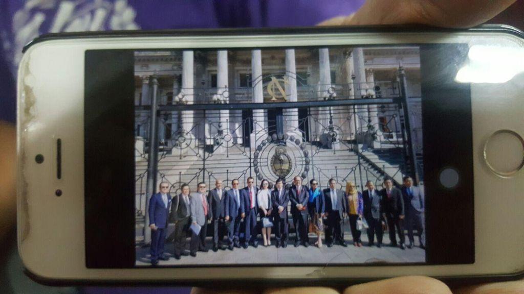 Ini Foto Anggota DPR di Argentina, Kok Cuma di Depan Gedung Parlemen?