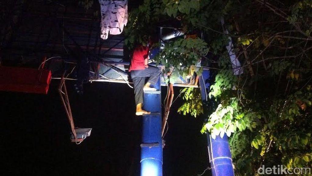 Tuntut Keadilan, Pria asal Flores Nekat Panjat Reklame Setinggi 25 Meter