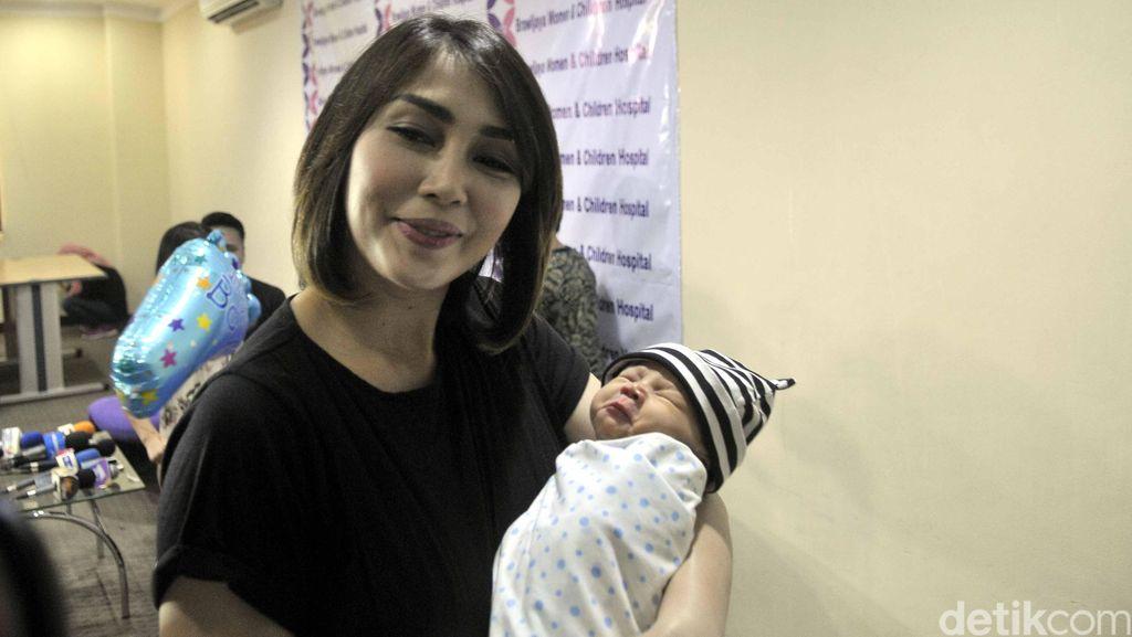Dikaruniai Anak Ketiga, Fenita Arie Vakum Dunia Hiburan