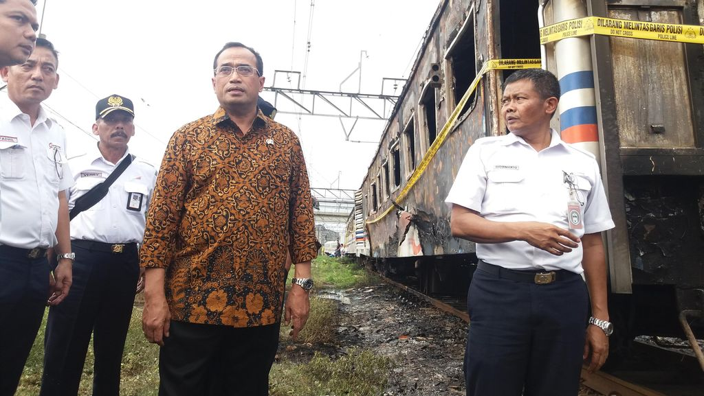 Menhub Datangi Lokasi Kebakaran Kereta Kertajaya di Priok