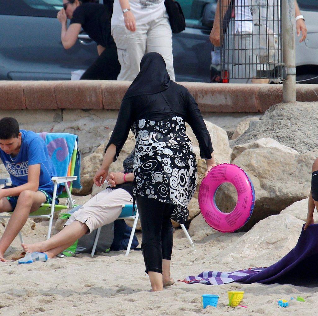 Wali Kota London Sadiq Khan Kritik Larangan Burkini di Prancis