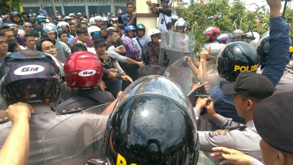Kericuhan Demo di Mapolres Meranti Berujung Maut, 1 Warga Tewas