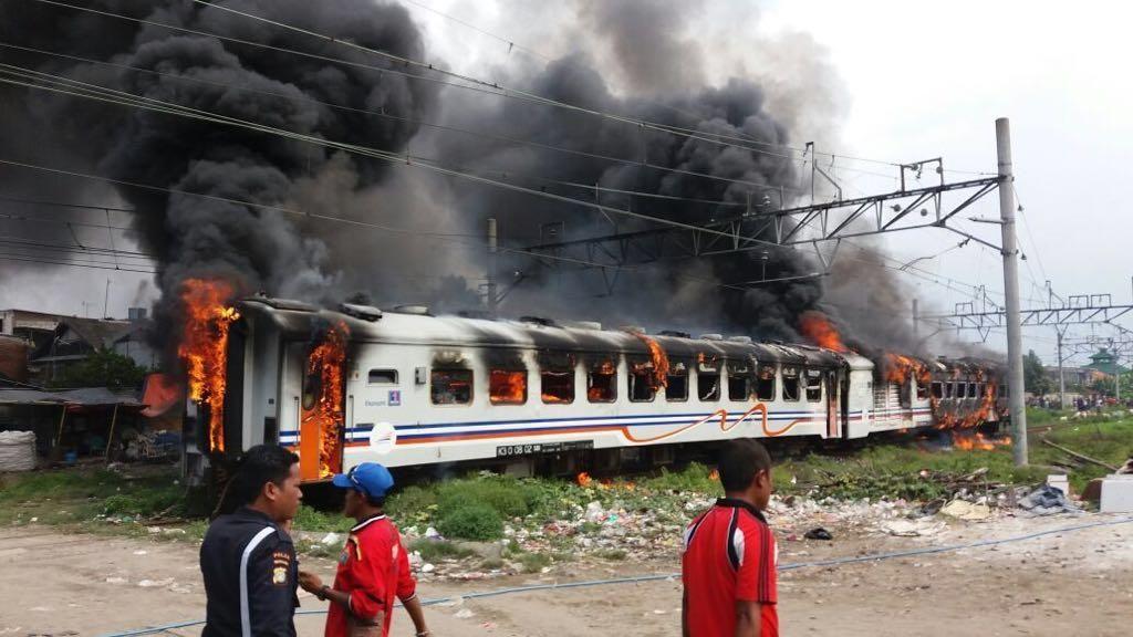 Kereta Kertajaya Terbakar di Stasiun Tanjung Priok Saat Dibersihkan