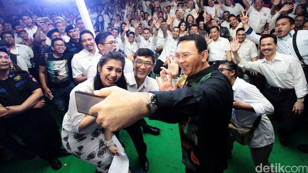 Ahok Hadiri Peresmian Posko Pemenangan, Ratusan Orang Berebut Foto