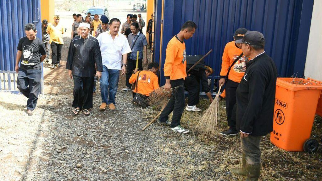 Bupati Dedi dan Ribuan Relawan Purwakarta Bersih-bersih Stadion Si Jalak Harupat