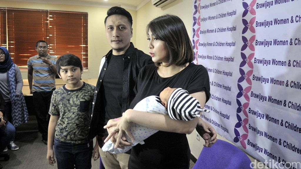 Lahirkan Anak Ketiga, Fenita Arie Merasa Lebih Sakit
