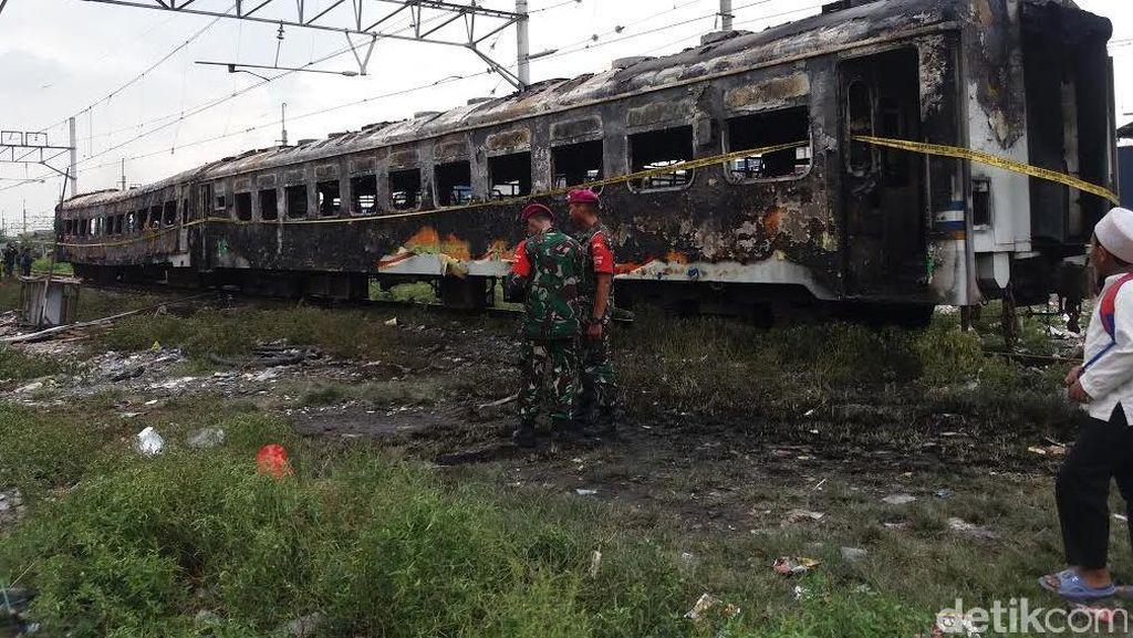 Gerbong Kereta Kertajaya yang Selamat dari Kebakaran Ditarik ke Pasar Senen