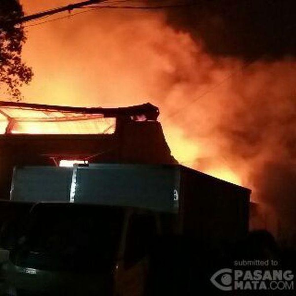 Petugas Masih Padamkan Kebakaran Gudang Obat Nyamuk di Cipondoh, Tangerang