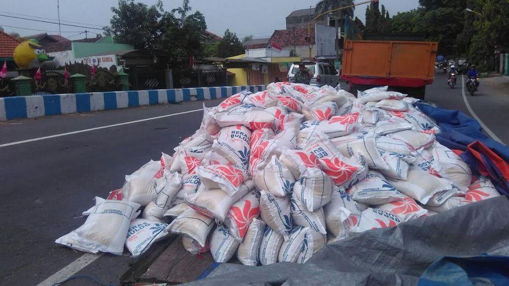 Ratusan Sak Raskin Wilayah Bali Tumpah di Jalur Surabaya-Madiun
