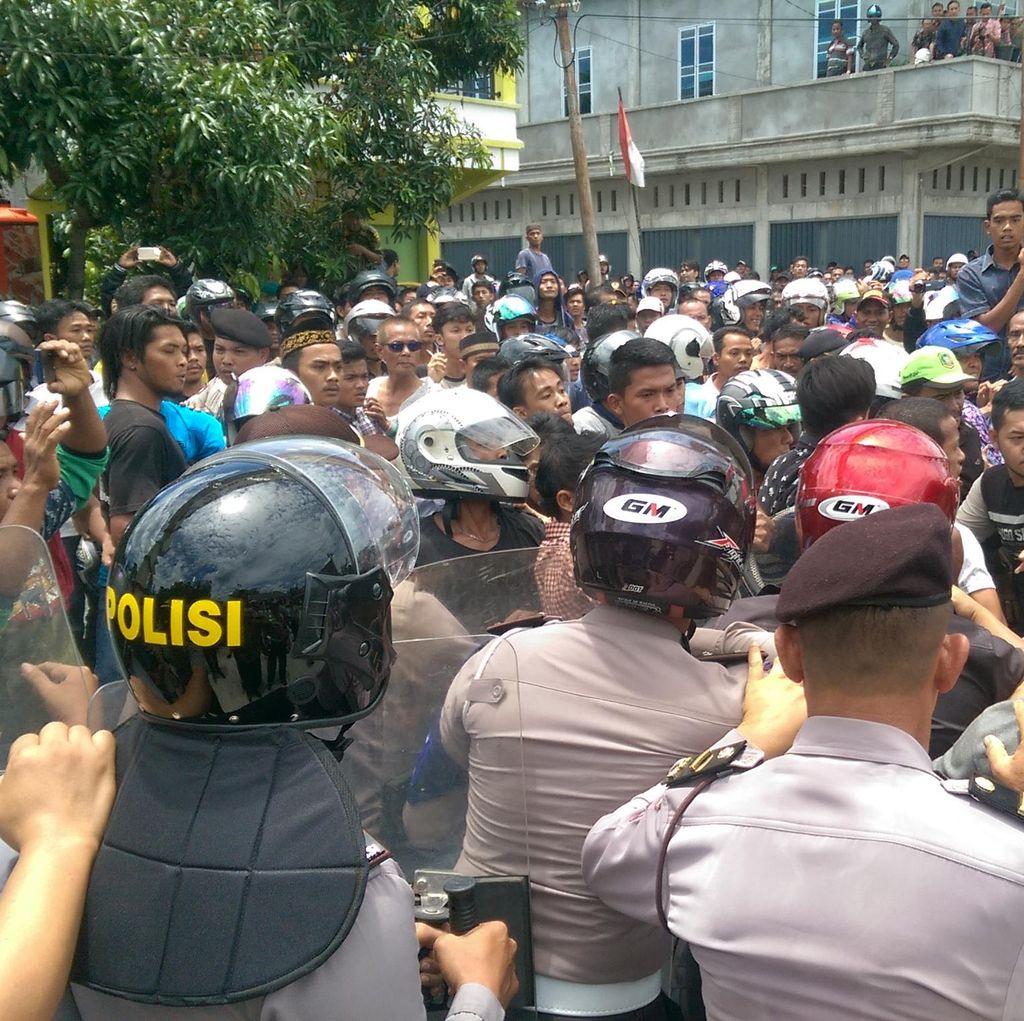 Demo di Polres Meranti Kembali Memanas, 2 Motor Polisi Dibakar Warga
