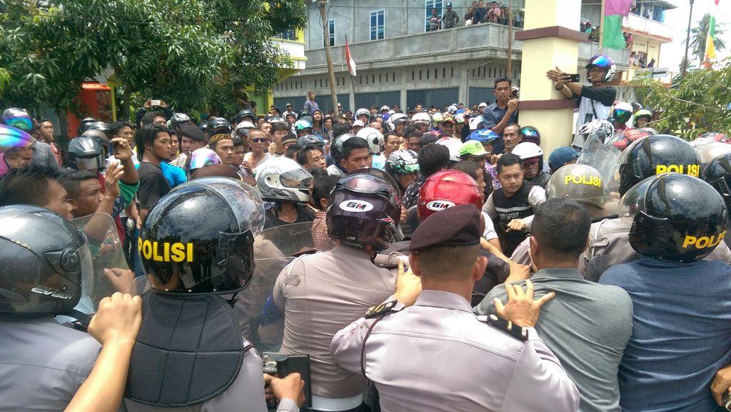 Demo 1.000-an Warga Meranti Buntut Tewasnya Apri di Tangan Polisi Ricuh