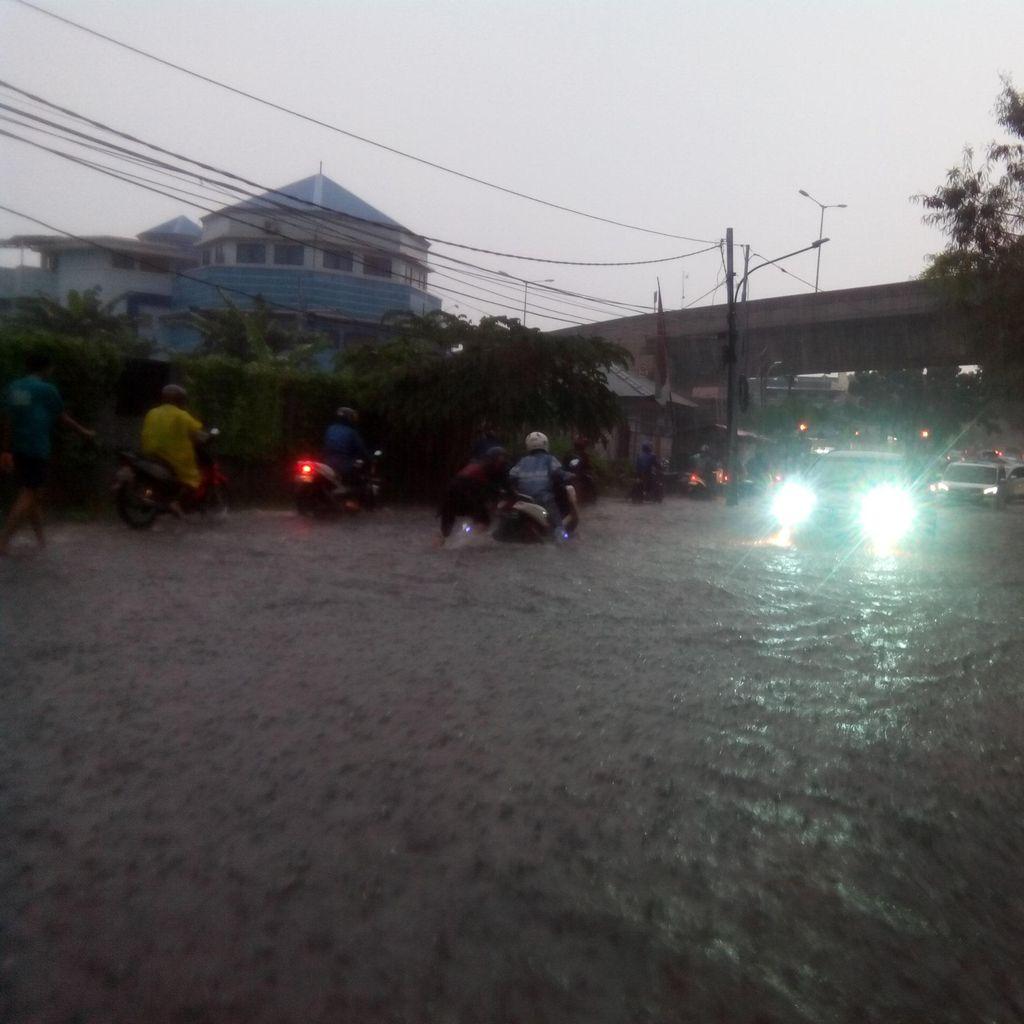Genangan di Jl Antasari Sudah Capai 70 cm, Kendaraan Tak Bisa Melintas