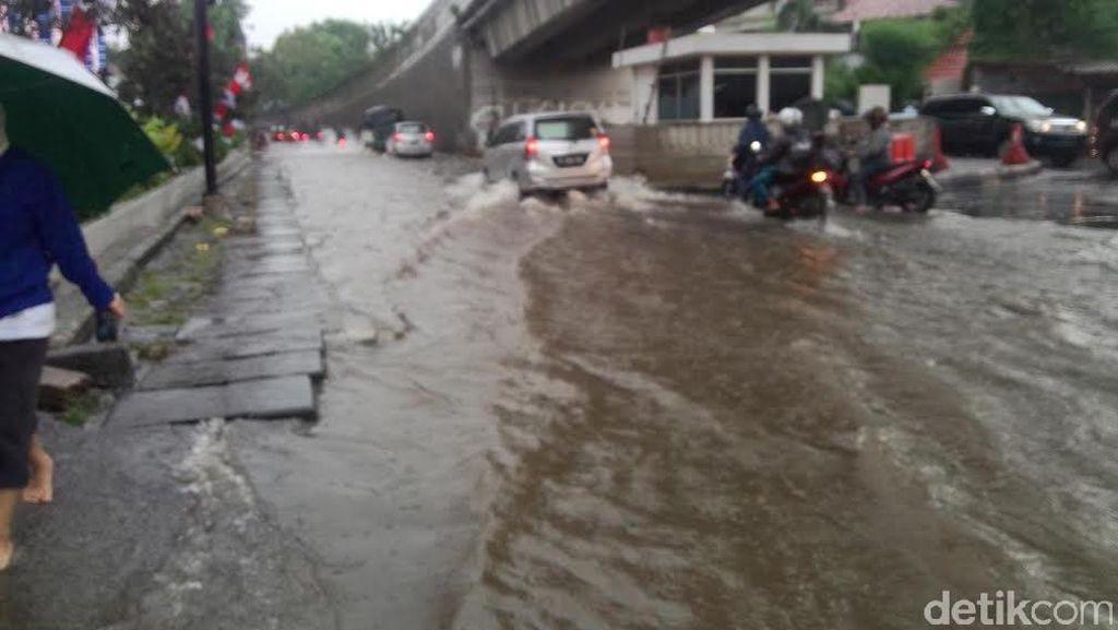 Genangan di Ruas Jalan Antasari Rutin Terjadi Saat Hujan Deras Datang