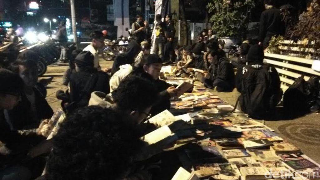 Pernah Dibubarkan TNI, Aktivis Perpustakaan Jalanan Buka Lapak Lagi di Cikapayang