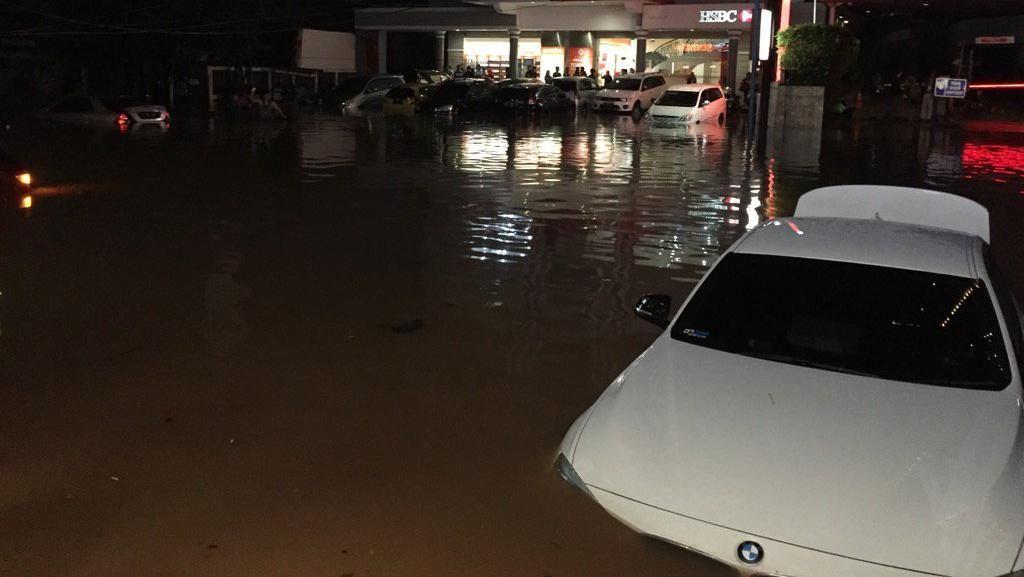 Mobil-mobil Terendam, Begini Ngerinya Banjir di Kemang