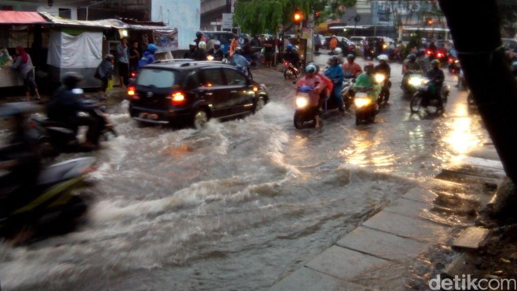 Genangan di Jl Antasari Mulai Surut, Mobil dan Motor Sudah Bisa Lewat