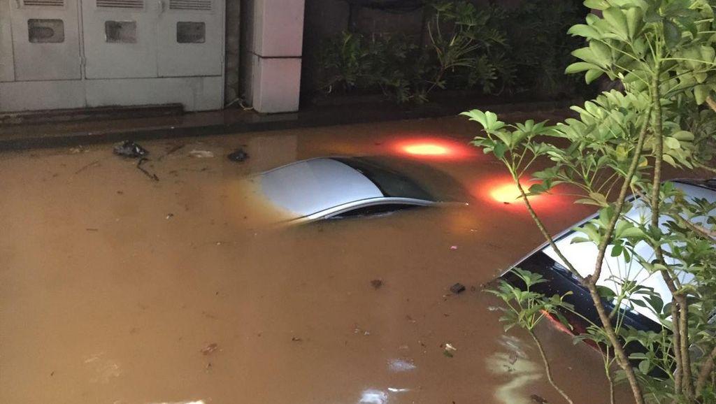 Ngeri! Begini Penampakan Mobil Terendam Banjir di Basement Kemang Square