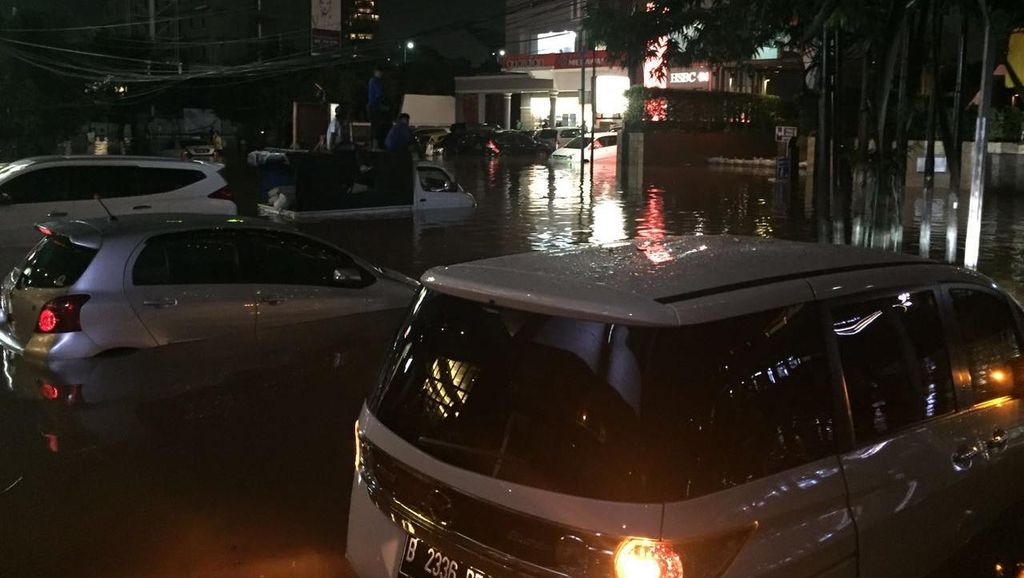 Tolong, Ada Anak-anak dan Ibu Hamil Terjebak Banjir di Kemang!