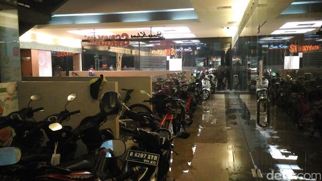 Ratusan Motor Dievakuasi dari Banjir, Dibawa Masuk ke Restoran di Kemang Jaksel