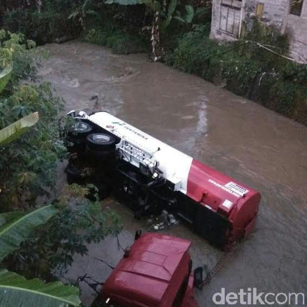 Diduga Jalan Licin, Truk Tanki Pertamina Nyebur ke Sungai di Banjarnegara