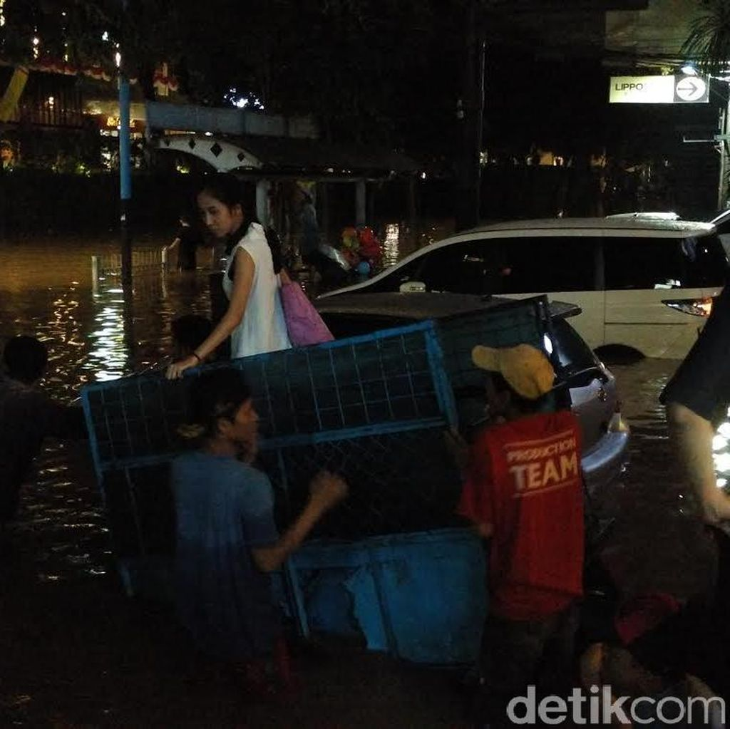 Malam ini, Gerobak Jadi Penolong Warga yang Terjebak Banjir di Pertokoan di Kemang
