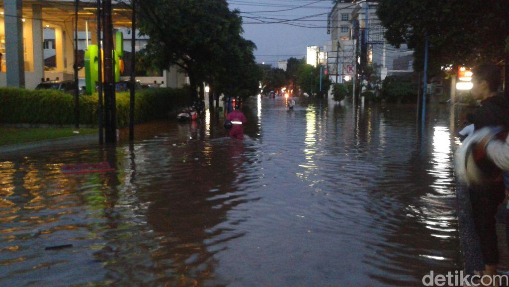 Jalan Kemang Raya Banjir 1 Meter, Sepeda Motor Diangkut Pakai Gerobak
