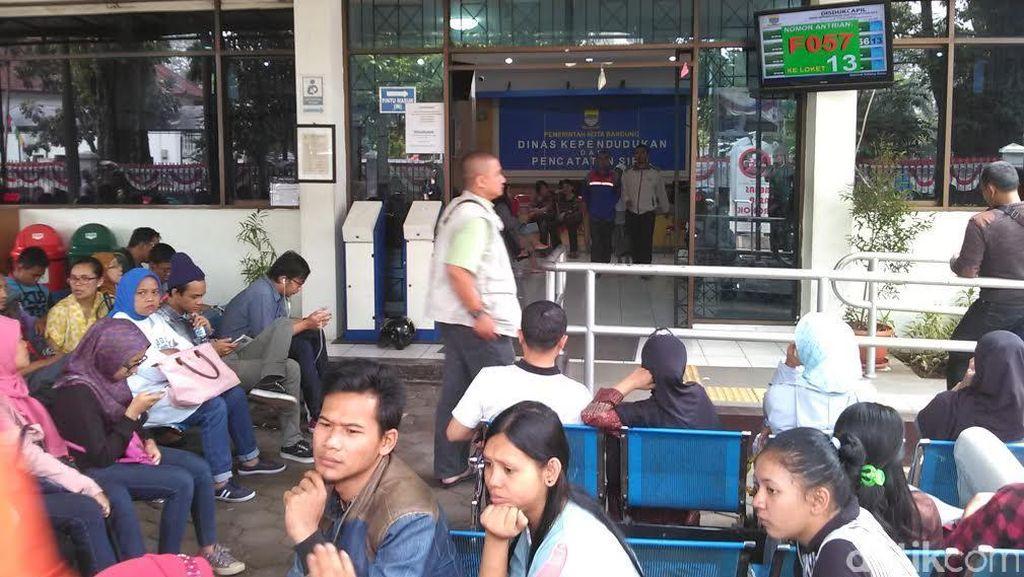 Akhir Pekan, Ratusan Warga Bandung Juga Antre Urus e-KTP: Rela Tunggu Berjam-jam