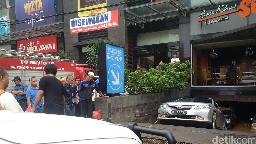 Offroader Bantu Evakuasi, Camry di Kemang Square Berhasil Ditarik Keluar