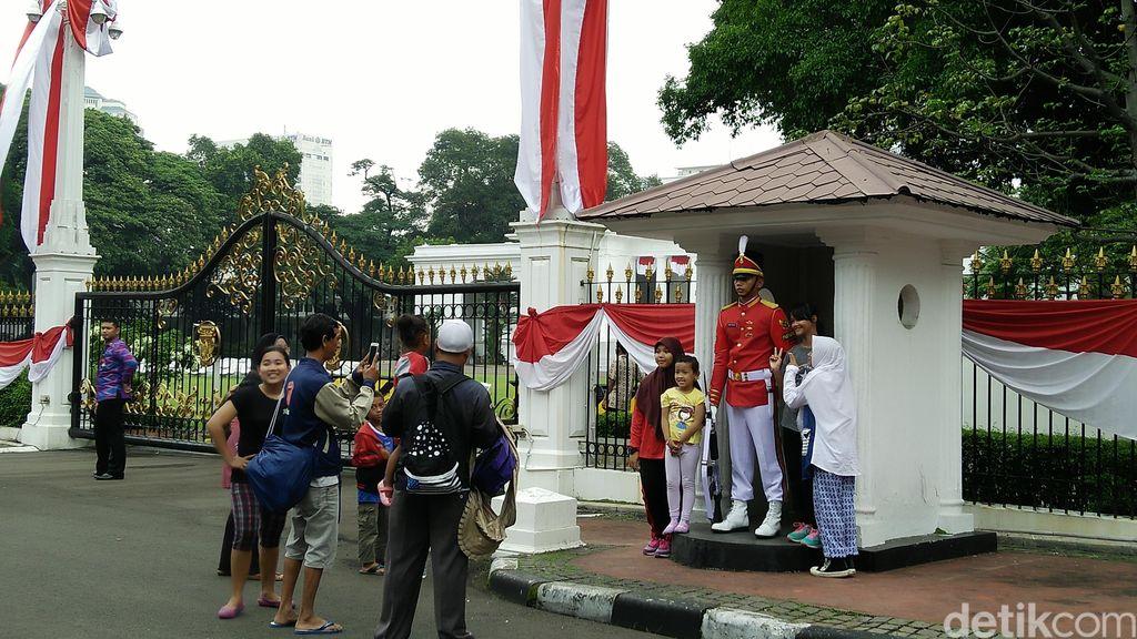 Asyiknya Warga yang Tak Berjarak dengan Istana saat Pergantian Jaga Paspampres