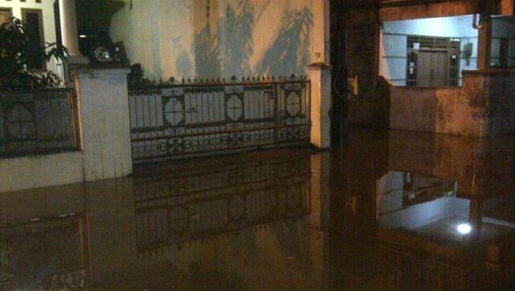 Tolong! Banjir 1 Meter di Kampung Makassar Jaktim, Belum Ada Petugas