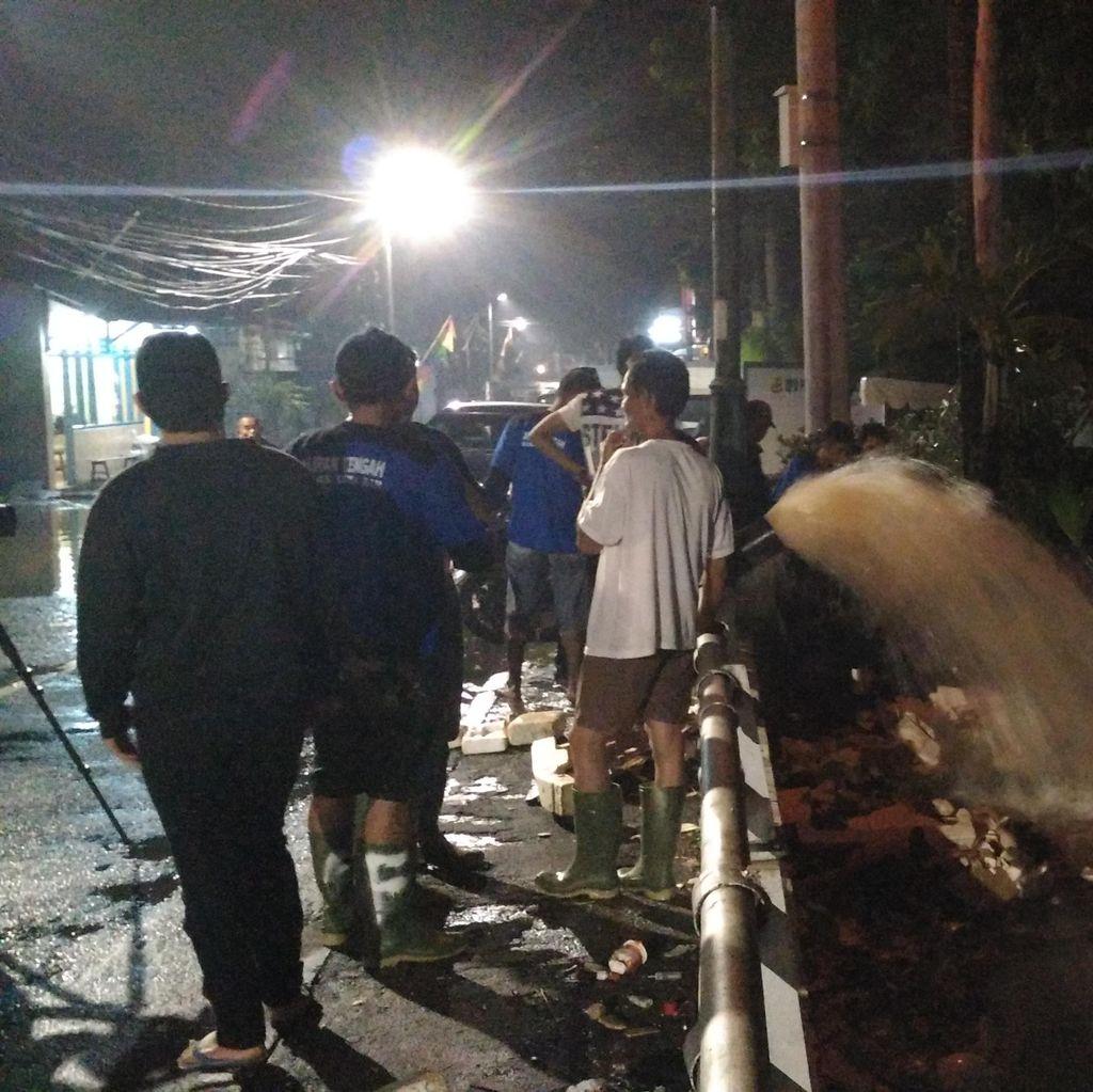 Dini Hari, Petugas Masih Berjibaku Tangani Banjir di Jalan Kemang Selatan 8