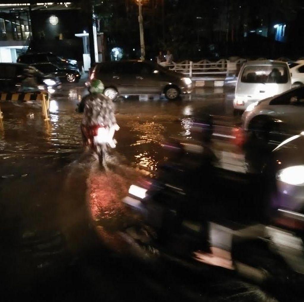 Kali Krukut Meluap Juga Berimbas Genangan di Jalan Kapten Tendean, Lalin Tersendat