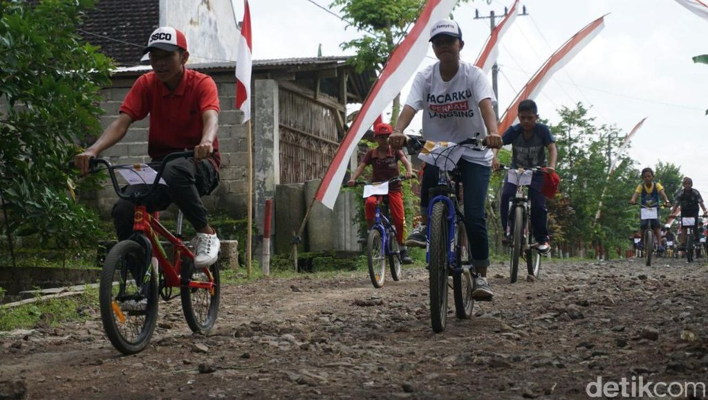 Protes Jalan Rusak di Banyuwangi, Warga Bersepeda Keliling Kampung