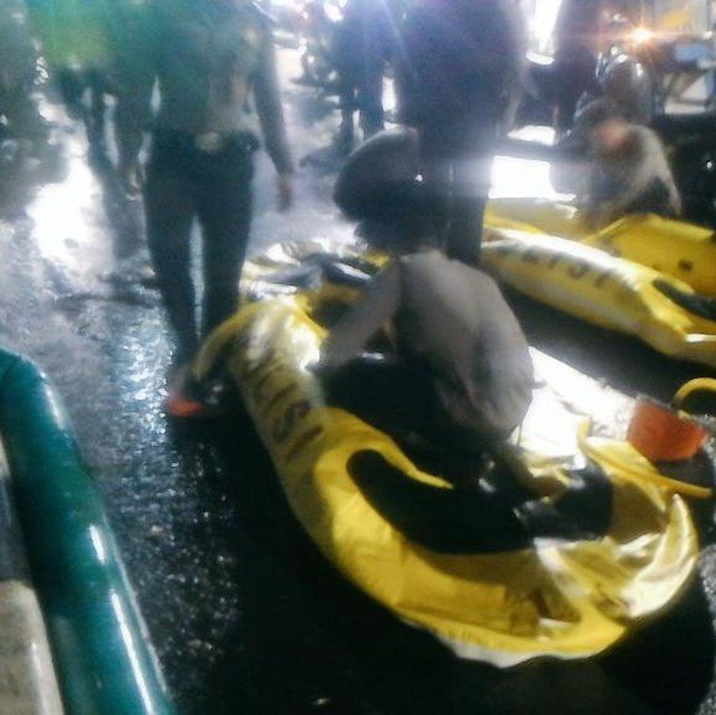 Bantu Evakuasi Warga, Kapolres Jaksel Turun ke Lokasi Banjir di Kemang