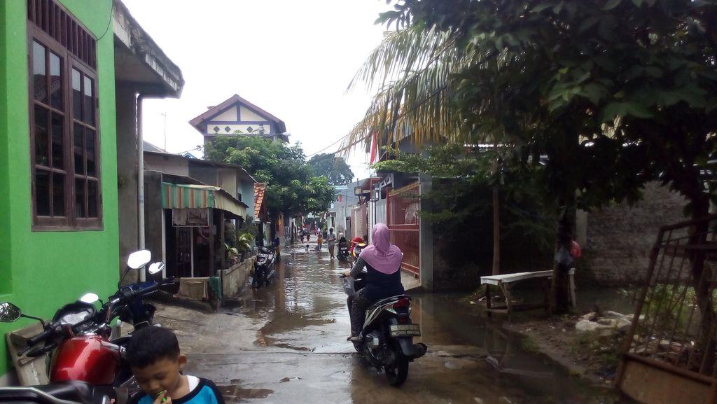 Banjir di Kampung Makasar Surut, Warga Mulai Bersih-bersih Rumah