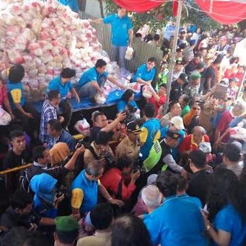 Ribuan Warga Berebut Sembako Gratis di Klenteng Eng An Kiong