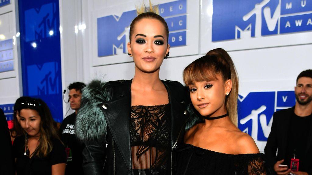Double Trouble! Gaya Seksi Rita Ora dan Ariana Grande di VMA 2016