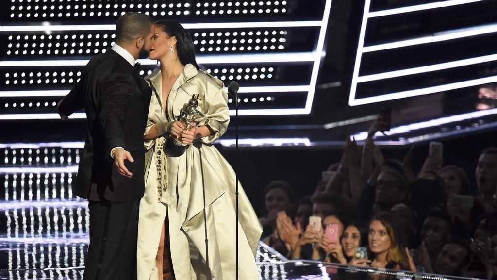 Ayah Drake Bantah Putranya Pacaran dengan Rihanna