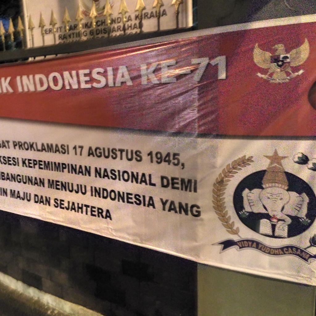 Ada Spanduk HUT RI Suksesi Kepemimpinan Nasional di Kantor Dinas Sejarah TNI AD
