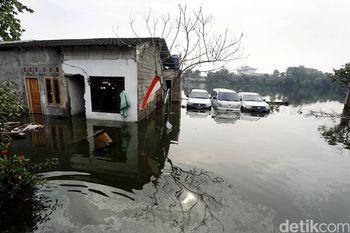 Banjir Rendam Puluhan Rumah di Ciracas