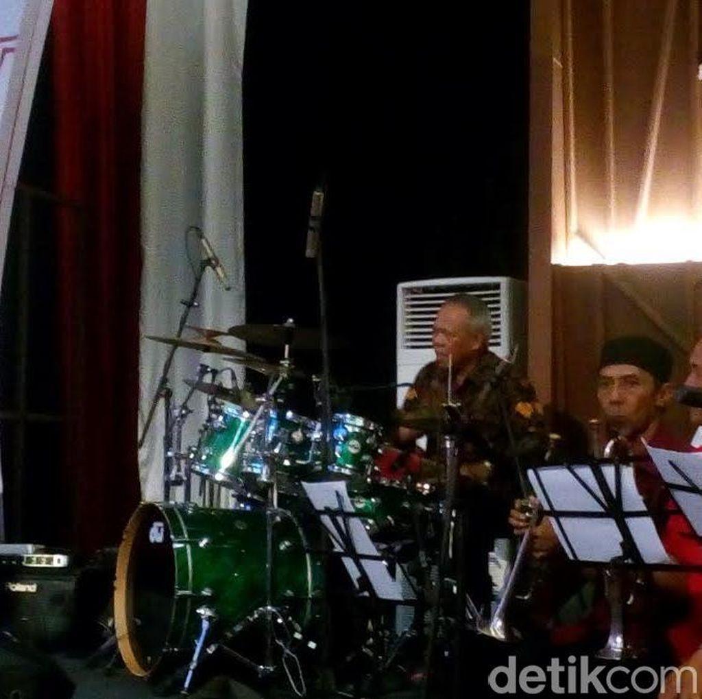 Ketika Menteri Basuki Unjuk Skill Gebuk Drum Bersama Band PUPR