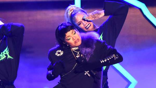 Rihanna Buka MTV VMA 2016 dengan Hits Medley